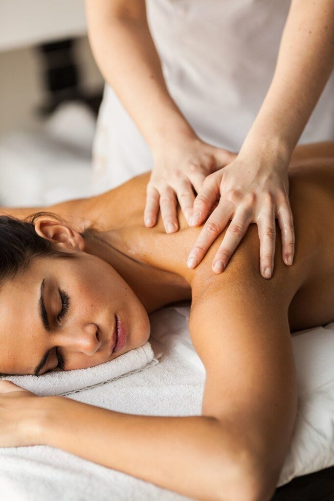 Как делать массаж плеч и шеи правильно